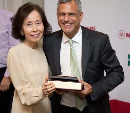 Marcelo Risi recogiendo su Palca de Socio Honorario de manos de Masako Ishibashi